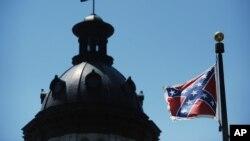 Lá cờ của quân đội miền Nam thời nội chiến Mỹ bay gần tòa nhà quốc hội của bang South Carolina ở Columbia, South Carolina, 19/6/2015.