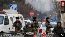 Cảnh sát vũ trang bán quân sự Trung Quốc đứng gác trong khu vực mua sắm và du lịch đông người lui tới Vương Phủ Tỉnh ở Bắc Kinh, ngày 27 tháng 12, 2015.