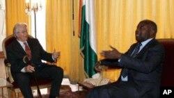 អតីតរដ្ឋមន្រ្តីការបរទេសបារាំងលោក រ៉ូឡង់ ឌូម៉ាស (Roland Dumas) (ឆ្វេង) ចរចាជាមួយមេដឹកនាំប្រទេសអាយវ៉ូរី ខូស្ត លោកឡូរ៉ង់ បាហ្កបូ (Laurent Gbagbo) នៅឯវិមានប្រធានាធិបតីក្នុងទីក្រុងអាចាប់ប៊ីចាន (Abidjan) នៅថ្ងៃទី៣០ ខែធ្នូ ឆ្នាំ ២០១