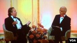 IMAX首席执行官理查德.葛尔方(Richard Gelfond)(左)16号在美中关系全国委员会的面度就会上接受会长欧伦斯(Stephen Orlins)的采访(美国之音方方拍摄)