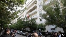 发生爆炸后,媒体在驻雅典的瑞士大使馆外