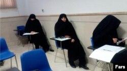 تعدادی از داوطلبان زن هم در آزمون علمی انتخابات خبرگان شرکت کردند.