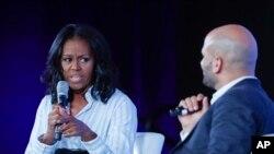 Mantan ibu negara AS, Michelle Obama berbincang dengan Sam Kass, mantan chef Gedung Putih dan Penasihat Kebijakan Senior untuk Nutrisi, dalam Konferensi Kemitraan untuk Masa Depan Warga AS Lebih Sehat 2017 di Washington, 12 Mei 2017. (AP Photo/Pablo Martinez Monsivais)