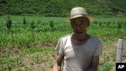 甘肃农民和田地 中国人均可使用土地面积大大低于世界平均水平