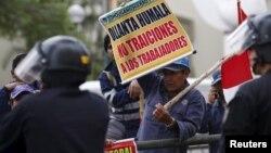 Para pekerja tambang milik China di Peru melakukan protes di kantor Kementerian Tenaga Kerja Peru di ibukota Lima (24/9). Kerusuhan di tambang tembaga milik China di Peru menewaskan 3 orang.