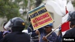 Một công nhân của Shougang Hierro Peru cầm biển viết 'Ollanta Humala, đừng phản bội những người công nhân,' khi biểu tình trước tòa nhà bộ Lao Động ở Lima hôm 24/9/2015.