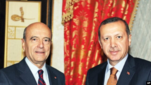 Turkey's Prime Minister Recep Tayyip Erdogan (r) and French Foreign Minister Alain Juppe in Istanbul,  Nov. 17, 2011