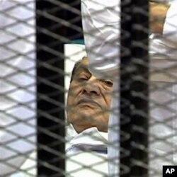حسنی مبارک کمرہ عدالت میں