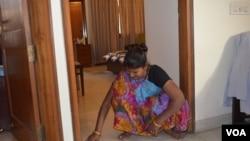 Maid Komal Devi ingin membuka rekening di bank untuk menabung. (VOA/Anjana Pasricha)