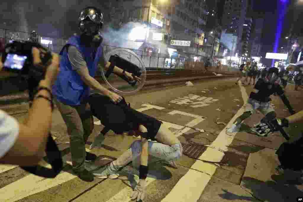 عکسی از درگیری روز دوشنبه بین پلیس و معترضان در هنگکنگ. اعتراضات به پنجمین ماه خود رسیده است.