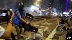 香港防暴警察在10月21日晚在元朗街頭抓捕示威者。 (2019年10月21日)