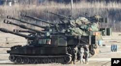 U.S. Army self-propelled howitzers are on positions during the annual exercise with their South Korean counterpart in Pocheon, near the border with North Korea, March 10, 2016.