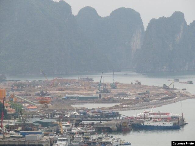 Vùng biển ngay dưới chân núi Bài Thơ đang được tập đoàn Vingroup liên tục san lấp và công khai rao bán nền biệt thự. Ảnh: Lê Anh Hùng.