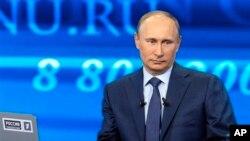 25일 러시아 모스코에서 텔레비전에 생중계된 국민과의 대화 프로그램에서 질문을 받고 있는 푸틴 러시아 대통령.