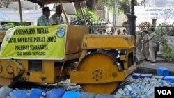 Memperingati hari anti narkoba sedunia, warga Solo dan pihak berwajib menghancurkan ribuan barang terlarang sitaan polisi, termasuk minuman keras dengan menggunakan mesin penggiling (foto: Yudha Satriawan 25/6).