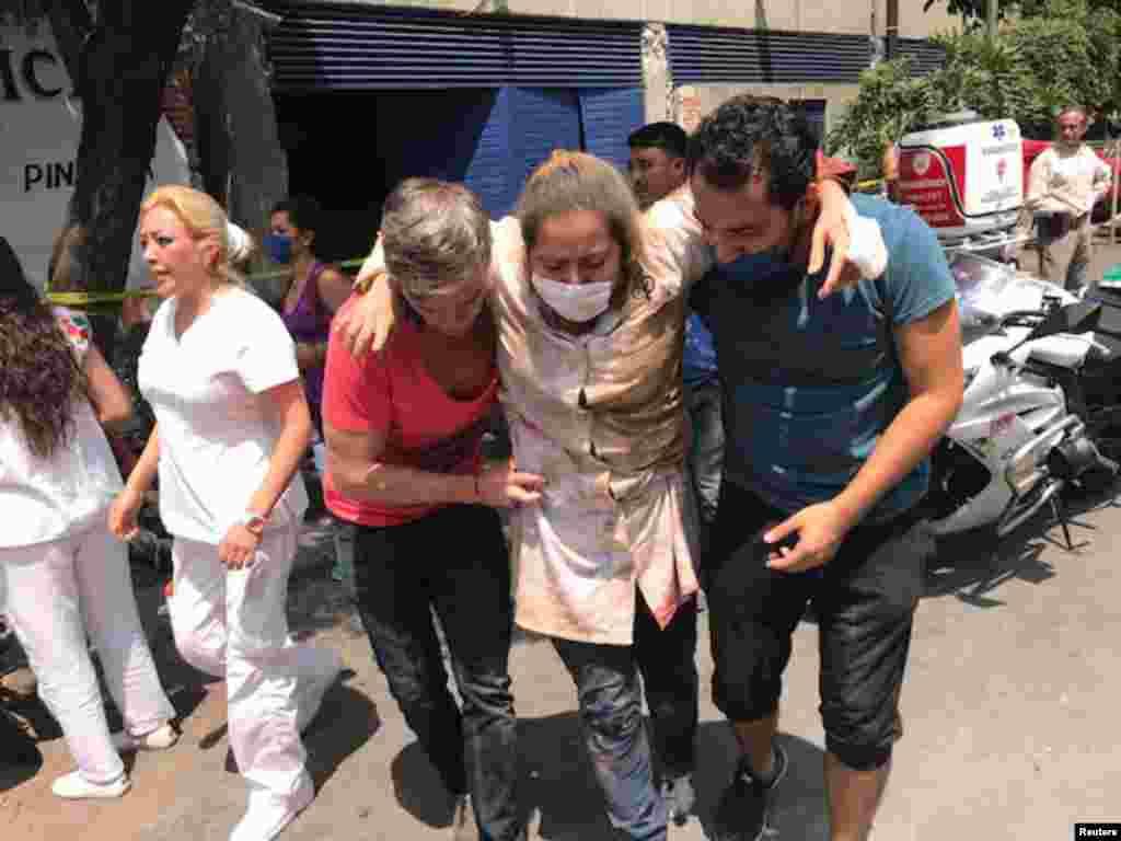Residentes da Cidade do México entre ajudam-se após o terramoto de magnitude 7.1 de dia 19 de Setembro, 2017.