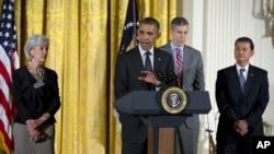El presidente Barack Obama resaltó la importancia de acabar con los estigmas relacionados con los desórdenes mentales. Obama inaugura la conferencia junto a la secretaria de Salud, Kathleen Sebelius, izquierda, y el secretario de Educación, Arne Duncan.