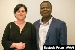 Alain Tamdem, un Franco-Camerounais et son épouse à l'ambassade de France, le 24 avril 2018. (VOA/Nastasia Peteuil)