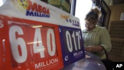 Seorang wanita membeli tiket lotere 'Mega Millions' yang telah mencapai nilai 640 juta dolar di salah satu gerai di San Diego (30/3).
