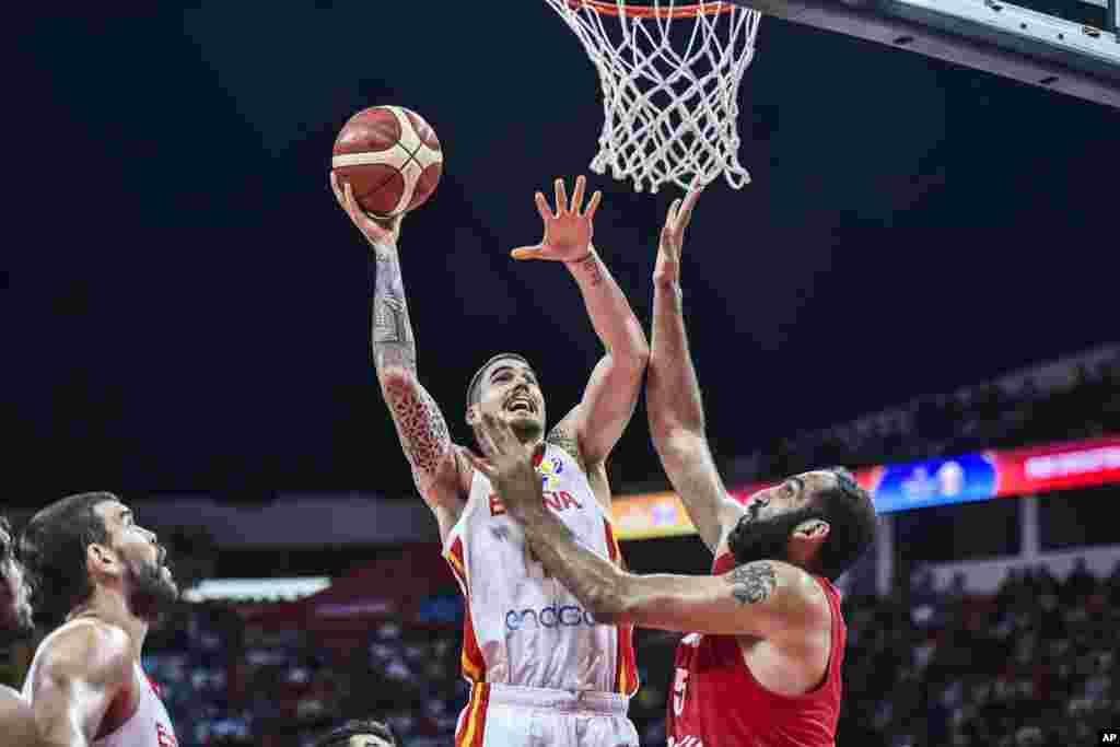 جدال بازیکن اسپانیایی مقابل حامد حدادی در مسابقات قهرمانی بسکتبال جهان در چین. ایران ۷۳ بر ۶۵ بازی را باخت.