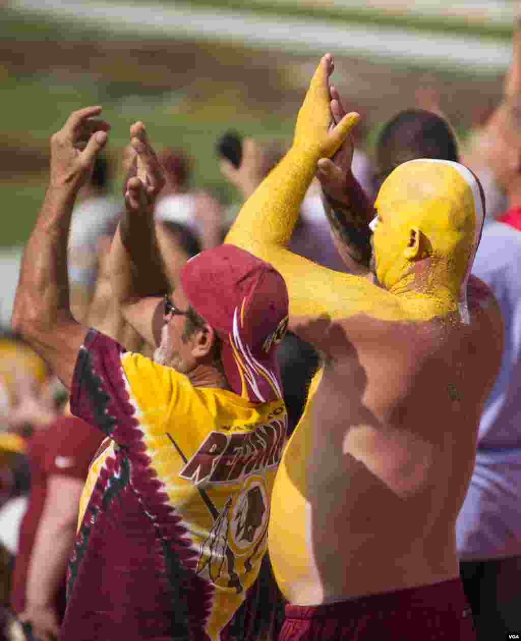 Fans cheer as the Washington Redskins play the Jacksonville Jaguars, at FedEx Stadium in Landover, Maryland, Sept. 14, 2014. (VOA / Frank Mitchell)