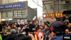 浦志强煽动民族仇恨、寻滋案休庭 上百人围观