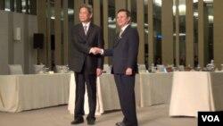 張志軍和王郁琦在第二次兩岸事務首長會議前握手致意(美國之音張佩芝拍攝)