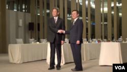 张志军和王郁琦在第二次两岸事务首长会议前握手致意(2014年6月25日,美国之音张佩芝拍摄)