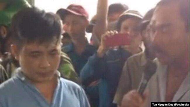 Nhóm người bị giáo dân Thọ Hòa bao vây và khám xét hôm 4/9/2017.