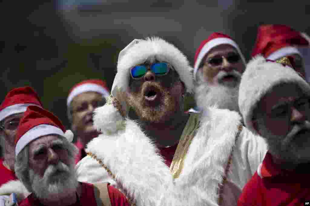 អ្នកទើបតែបញ្ចប់ការសិក្សានៅសាលា Santa ច្រៀងចម្រៀង Christmas ក្នុងពិធីទទួលសញ្ញាបត្ររបស់ពួកគេនៅក្នុងក្រុង Rio de Janeiro ប្រទេសប្រេស៊ីល។ សាលា Escola de Papai Noel do Brasil បានផ្តល់សញ្ញាបត្រដល់និស្សិតរាប់សិបរូបដែលនឹងត្រូវច្រៀងក្នុងក្រុមKriss Kringle ក្នុងកំឡុងបុណ្យ Christmas។