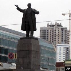 俄罗斯叶卡杰林堡市中心的列宁塑像