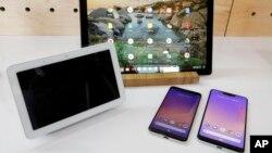 Điện thoại Pixel (phải) và các sản phẩm phần cứng khác của Google (ảnh tư liệu, tháng 10/2018 - AP Photo/Richard Drew)