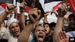 Ủng hộ viên của ông Mohammed Morsi hô khẩu hiệu ăn mừng chiến thắng tại Quảng trường Tahrir, ở Cairo, ngày 18/6/2012
