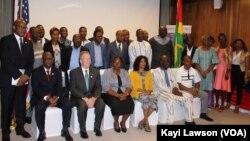Lors du lancement du projet EAWA avec David Gilmour, ambassadeur des Etats-Unis à Lomé, Togo, le 24 mai 2018. (VOA/Kayi Lawson)