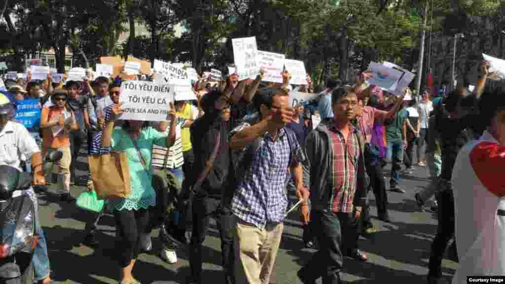 Người dân Việt Nam tiếp tục xuống đường hôm Chủ Nhật 8/5 phản đối vụ cá chết hàng loạt.