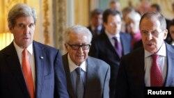 Ngoại trưởng Mỹ John Kerry, Đặc phái viên của Liên Hiệp Quốc và Liên đoàn Ả Rập Lakhdar Brahimi, và Ngoại trưởng Nga Sergei Lavrov đến dự cuộc họp báo tại tư gia đại sứ Mỹ ở Paris, ngày 13/1/2014.