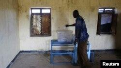 27일 아프리카 수단과 남수단 모두 영유권을 주장하는 아베이 지역의 주민들이 한 학교에서 열린 투표에 참석했다.