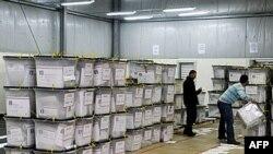 Giới chức bầu cử kiểm phiếu tại Kosovo Polje, ngày 13/12/2010