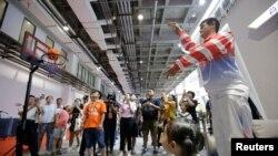 2018年8月15日,在北京举行的世界机器人大会上,姚明机器人投篮。
