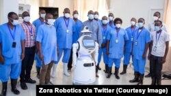 Les agents de la santé rwandais avec l'un des robots à Kigali, en mai 2020. (Photo: Courtesy/Zora Robotics via Twitter)