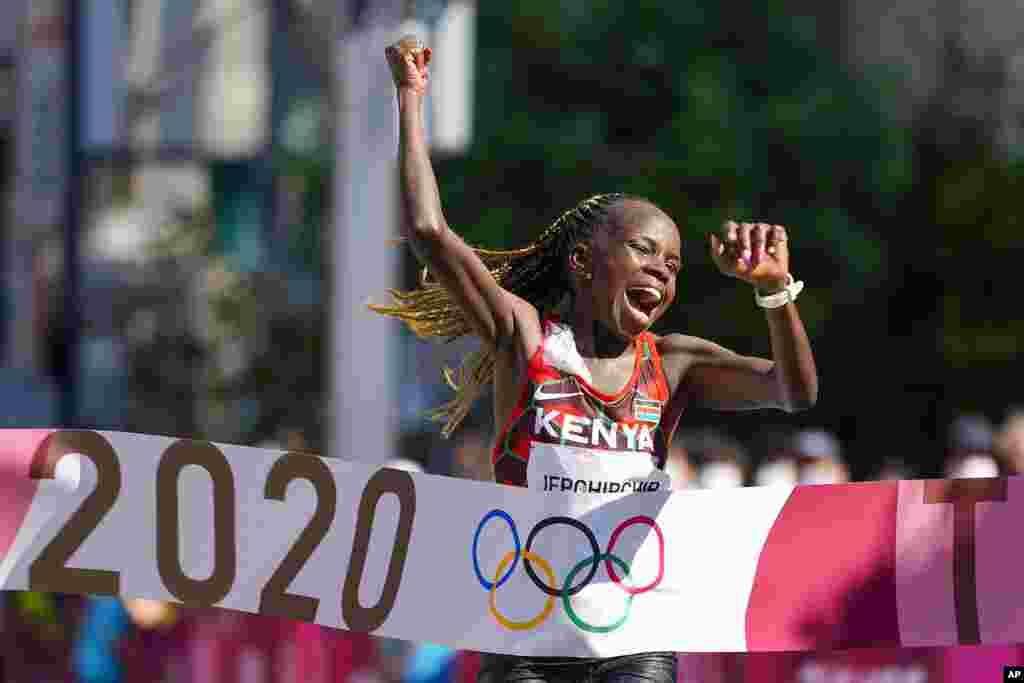 Peres Jepchirchir, do Quénia celebra ao cortar a meta em primeiro lugar, na maratona feminina dos Jogos Olímpicos de Tóquio. 7 de Agosto, 2021, Sapporo, Japão. (AP Photo/Eugene Hoshiko)