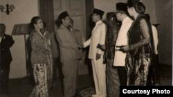 Ali Sastroamidjojo bersalaman dengan Bung Karno pada Konferensi Asia-Afrika tahun 1955. (courtesy: dok. keluarga)