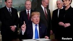 2018年3月22日特朗普在白宫签署对中国高科技产品增税的备忘录。