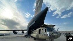 美國國防部公佈的照片顯示,在哈米德·卡爾扎伊機場,美國陸軍第82空降師的一架CH-47直升機被裝入美國空軍的一架C-17運輸機內。(2021年8月28日)