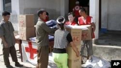 지난 2012년 8월 북한 평안남도 안주의 홍수 피해 지역에서 적십자가 제공한 지원품을 배급하고 있다. (자료사진)