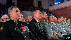 Віцеадмірал Ігор Костюков, який зараз очолює ГРУ, сидить ліворуч від президента Володимира Путіна на зібранні у Москві 2 листопада 2018 р.