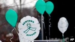 Globos recuerdan en Newtown el segundo aniversario de la masacre de Sandy Hook, en la que murieron 20 niños y 6 maestras.