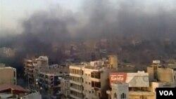 Varios edificios arden en la ciudad de Hama tras el bombardeo de los tanques.