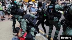 香港防暴警察與利用午餐時間抗議國旗法的示威者發生衝突。(2020年5月27日)