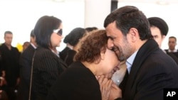 Ahmedînejad, Elena Frias dayîak Hugo Chavez hembêz kir.